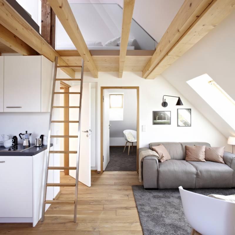 nr 7 die ger umige dachwohnung mit galerie k nigsschlaf sieben unvergleichliche. Black Bedroom Furniture Sets. Home Design Ideas